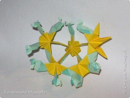 На авторство особо не претендую, возможно такие цветочки уже где-нибудь появлялись, не могу утверждать. Соединительные модули по сборке очень похожи на модуль кусудамы Каркасс Екатерины Лукашевой, только крепление осуществляется по-другому. Короче, такой вот гибрид из двух разных модулей.    Name: Blooming icosahedron - I  Designer: Valentina Minayeva Parts: 12 (pentagons) Paper: 6,4 x 6,4 х 6,4 х 6,4 х 6,4 Parts: 30 (squares) Paper: 6,4 х 6,4 Final height: ~ 10,0 cm without glue фото 104