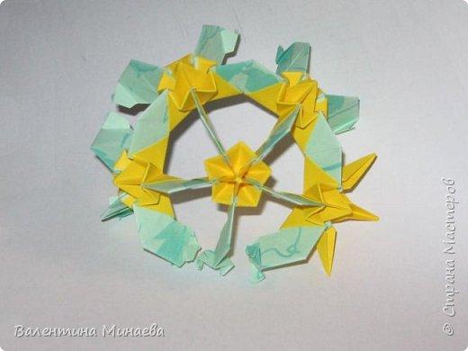 На авторство особо не претендую, возможно такие цветочки уже где-нибудь появлялись, не могу утверждать. Соединительные модули по сборке очень похожи на модуль кусудамы Каркасс Екатерины Лукашевой, только крепление осуществляется по-другому. Короче, такой вот гибрид из двух разных модулей.    Name: Blooming icosahedron - I  Designer: Valentina Minayeva Parts: 12 (pentagons) Paper: 6,4 x 6,4 х 6,4 х 6,4 х 6,4 Parts: 30 (squares) Paper: 6,4 х 6,4 Final height: ~ 10,0 cm without glue фото 105