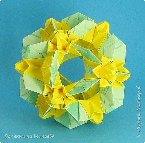 На авторство особо не претендую, возможно такие цветочки уже где-нибудь появлялись, не могу утверждать. Соединительные модули по сборке очень похожи на модуль кусудамы Каркасс Екатерины Лукашевой, только крепление осуществляется по-другому. Короче, такой вот гибрид из двух разных модулей.    Name: Blooming icosahedron - I  Designer: Valentina Minayeva Parts: 12 (pentagons) Paper: 6,4 x 6,4 х 6,4 х 6,4 х 6,4 Parts: 30 (squares) Paper: 6,4 х 6,4 Final height: ~ 10,0 cm without glue фото 78