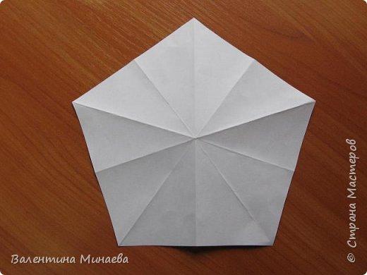 На авторство особо не претендую, возможно такие цветочки уже где-нибудь появлялись, не могу утверждать. Соединительные модули по сборке очень похожи на модуль кусудамы Каркасс Екатерины Лукашевой, только крепление осуществляется по-другому. Короче, такой вот гибрид из двух разных модулей.    Name: Blooming icosahedron - I  Designer: Valentina Minayeva Parts: 12 (pentagons) Paper: 6,4 x 6,4 х 6,4 х 6,4 х 6,4 Parts: 30 (squares) Paper: 6,4 х 6,4 Final height: ~ 10,0 cm without glue фото 7