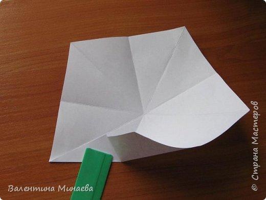 На авторство особо не претендую, возможно такие цветочки уже где-нибудь появлялись, не могу утверждать. Соединительные модули по сборке очень похожи на модуль кусудамы Каркасс Екатерины Лукашевой, только крепление осуществляется по-другому. Короче, такой вот гибрид из двух разных модулей.    Name: Blooming icosahedron - I  Designer: Valentina Minayeva Parts: 12 (pentagons) Paper: 6,4 x 6,4 х 6,4 х 6,4 х 6,4 Parts: 30 (squares) Paper: 6,4 х 6,4 Final height: ~ 10,0 cm without glue фото 8