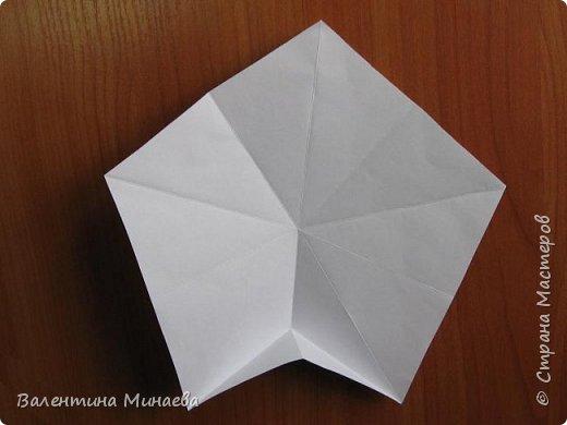 На авторство особо не претендую, возможно такие цветочки уже где-нибудь появлялись, не могу утверждать. Соединительные модули по сборке очень похожи на модуль кусудамы Каркасс Екатерины Лукашевой, только крепление осуществляется по-другому. Короче, такой вот гибрид из двух разных модулей.    Name: Blooming icosahedron - I  Designer: Valentina Minayeva Parts: 12 (pentagons) Paper: 6,4 x 6,4 х 6,4 х 6,4 х 6,4 Parts: 30 (squares) Paper: 6,4 х 6,4 Final height: ~ 10,0 cm without glue фото 10