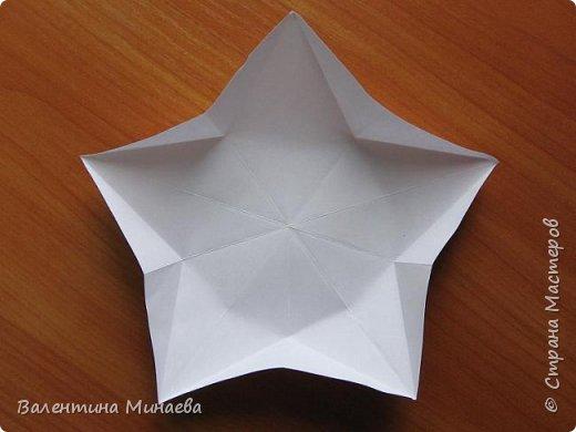 На авторство особо не претендую, возможно такие цветочки уже где-нибудь появлялись, не могу утверждать. Соединительные модули по сборке очень похожи на модуль кусудамы Каркасс Екатерины Лукашевой, только крепление осуществляется по-другому. Короче, такой вот гибрид из двух разных модулей.    Name: Blooming icosahedron - I  Designer: Valentina Minayeva Parts: 12 (pentagons) Paper: 6,4 x 6,4 х 6,4 х 6,4 х 6,4 Parts: 30 (squares) Paper: 6,4 х 6,4 Final height: ~ 10,0 cm without glue фото 11