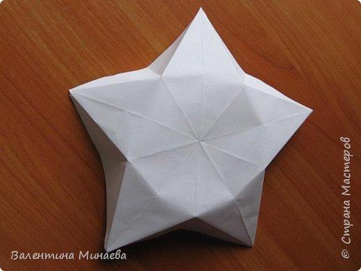 На авторство особо не претендую, возможно такие цветочки уже где-нибудь появлялись, не могу утверждать. Соединительные модули по сборке очень похожи на модуль кусудамы Каркасс Екатерины Лукашевой, только крепление осуществляется по-другому. Короче, такой вот гибрид из двух разных модулей.    Name: Blooming icosahedron - I  Designer: Valentina Minayeva Parts: 12 (pentagons) Paper: 6,4 x 6,4 х 6,4 х 6,4 х 6,4 Parts: 30 (squares) Paper: 6,4 х 6,4 Final height: ~ 10,0 cm without glue фото 12