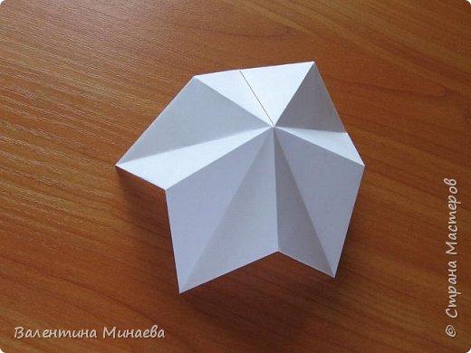 На авторство особо не претендую, возможно такие цветочки уже где-нибудь появлялись, не могу утверждать. Соединительные модули по сборке очень похожи на модуль кусудамы Каркасс Екатерины Лукашевой, только крепление осуществляется по-другому. Короче, такой вот гибрид из двух разных модулей.    Name: Blooming icosahedron - I  Designer: Valentina Minayeva Parts: 12 (pentagons) Paper: 6,4 x 6,4 х 6,4 х 6,4 х 6,4 Parts: 30 (squares) Paper: 6,4 х 6,4 Final height: ~ 10,0 cm without glue фото 13