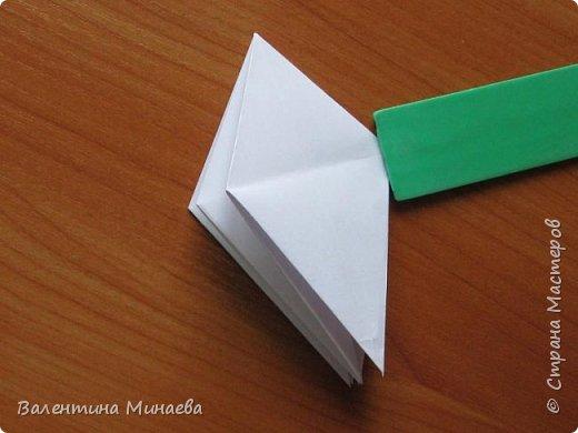 На авторство особо не претендую, возможно такие цветочки уже где-нибудь появлялись, не могу утверждать. Соединительные модули по сборке очень похожи на модуль кусудамы Каркасс Екатерины Лукашевой, только крепление осуществляется по-другому. Короче, такой вот гибрид из двух разных модулей.    Name: Blooming icosahedron - I  Designer: Valentina Minayeva Parts: 12 (pentagons) Paper: 6,4 x 6,4 х 6,4 х 6,4 х 6,4 Parts: 30 (squares) Paper: 6,4 х 6,4 Final height: ~ 10,0 cm without glue фото 14