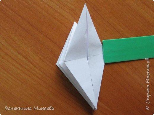 На авторство особо не претендую, возможно такие цветочки уже где-нибудь появлялись, не могу утверждать. Соединительные модули по сборке очень похожи на модуль кусудамы Каркасс Екатерины Лукашевой, только крепление осуществляется по-другому. Короче, такой вот гибрид из двух разных модулей.    Name: Blooming icosahedron - I  Designer: Valentina Minayeva Parts: 12 (pentagons) Paper: 6,4 x 6,4 х 6,4 х 6,4 х 6,4 Parts: 30 (squares) Paper: 6,4 х 6,4 Final height: ~ 10,0 cm without glue фото 15