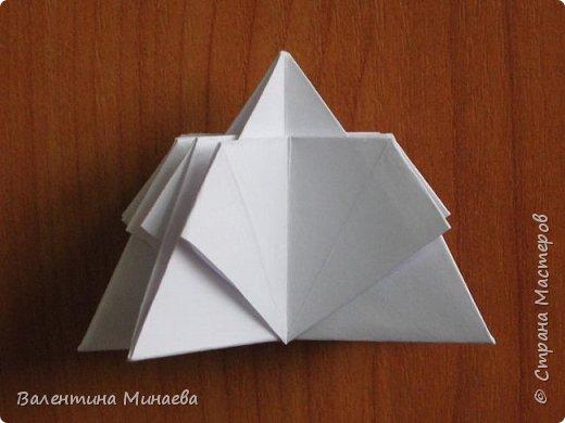 На авторство особо не претендую, возможно такие цветочки уже где-нибудь появлялись, не могу утверждать. Соединительные модули по сборке очень похожи на модуль кусудамы Каркасс Екатерины Лукашевой, только крепление осуществляется по-другому. Короче, такой вот гибрид из двух разных модулей.    Name: Blooming icosahedron - I  Designer: Valentina Minayeva Parts: 12 (pentagons) Paper: 6,4 x 6,4 х 6,4 х 6,4 х 6,4 Parts: 30 (squares) Paper: 6,4 х 6,4 Final height: ~ 10,0 cm without glue фото 24