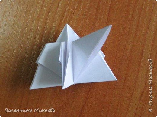 На авторство особо не претендую, возможно такие цветочки уже где-нибудь появлялись, не могу утверждать. Соединительные модули по сборке очень похожи на модуль кусудамы Каркасс Екатерины Лукашевой, только крепление осуществляется по-другому. Короче, такой вот гибрид из двух разных модулей.    Name: Blooming icosahedron - I  Designer: Valentina Minayeva Parts: 12 (pentagons) Paper: 6,4 x 6,4 х 6,4 х 6,4 х 6,4 Parts: 30 (squares) Paper: 6,4 х 6,4 Final height: ~ 10,0 cm without glue фото 28