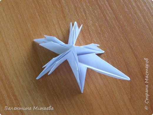 На авторство особо не претендую, возможно такие цветочки уже где-нибудь появлялись, не могу утверждать. Соединительные модули по сборке очень похожи на модуль кусудамы Каркасс Екатерины Лукашевой, только крепление осуществляется по-другому. Короче, такой вот гибрид из двух разных модулей.    Name: Blooming icosahedron - I  Designer: Valentina Minayeva Parts: 12 (pentagons) Paper: 6,4 x 6,4 х 6,4 х 6,4 х 6,4 Parts: 30 (squares) Paper: 6,4 х 6,4 Final height: ~ 10,0 cm without glue фото 29