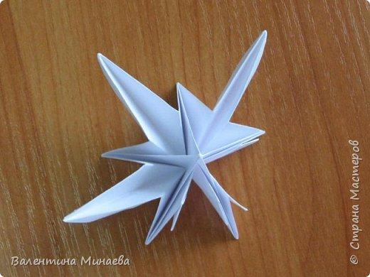 На авторство особо не претендую, возможно такие цветочки уже где-нибудь появлялись, не могу утверждать. Соединительные модули по сборке очень похожи на модуль кусудамы Каркасс Екатерины Лукашевой, только крепление осуществляется по-другому. Короче, такой вот гибрид из двух разных модулей.    Name: Blooming icosahedron - I  Designer: Valentina Minayeva Parts: 12 (pentagons) Paper: 6,4 x 6,4 х 6,4 х 6,4 х 6,4 Parts: 30 (squares) Paper: 6,4 х 6,4 Final height: ~ 10,0 cm without glue фото 30