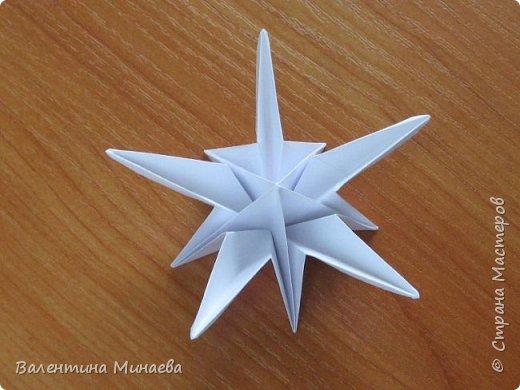 На авторство особо не претендую, возможно такие цветочки уже где-нибудь появлялись, не могу утверждать. Соединительные модули по сборке очень похожи на модуль кусудамы Каркасс Екатерины Лукашевой, только крепление осуществляется по-другому. Короче, такой вот гибрид из двух разных модулей.    Name: Blooming icosahedron - I  Designer: Valentina Minayeva Parts: 12 (pentagons) Paper: 6,4 x 6,4 х 6,4 х 6,4 х 6,4 Parts: 30 (squares) Paper: 6,4 х 6,4 Final height: ~ 10,0 cm without glue фото 31