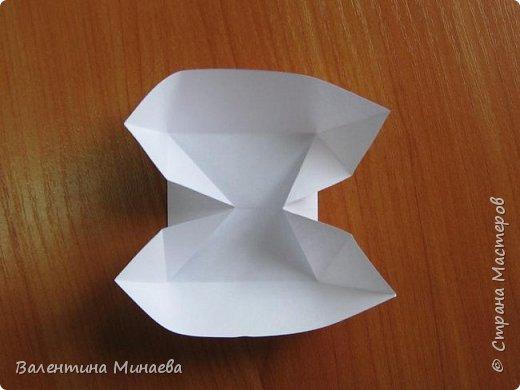 На авторство особо не претендую, возможно такие цветочки уже где-нибудь появлялись, не могу утверждать. Соединительные модули по сборке очень похожи на модуль кусудамы Каркасс Екатерины Лукашевой, только крепление осуществляется по-другому. Короче, такой вот гибрид из двух разных модулей.    Name: Blooming icosahedron - I  Designer: Valentina Minayeva Parts: 12 (pentagons) Paper: 6,4 x 6,4 х 6,4 х 6,4 х 6,4 Parts: 30 (squares) Paper: 6,4 х 6,4 Final height: ~ 10,0 cm without glue фото 40