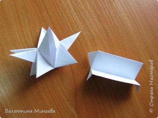 На авторство особо не претендую, возможно такие цветочки уже где-нибудь появлялись, не могу утверждать. Соединительные модули по сборке очень похожи на модуль кусудамы Каркасс Екатерины Лукашевой, только крепление осуществляется по-другому. Короче, такой вот гибрид из двух разных модулей.    Name: Blooming icosahedron - I  Designer: Valentina Minayeva Parts: 12 (pentagons) Paper: 6,4 x 6,4 х 6,4 х 6,4 х 6,4 Parts: 30 (squares) Paper: 6,4 х 6,4 Final height: ~ 10,0 cm without glue фото 53