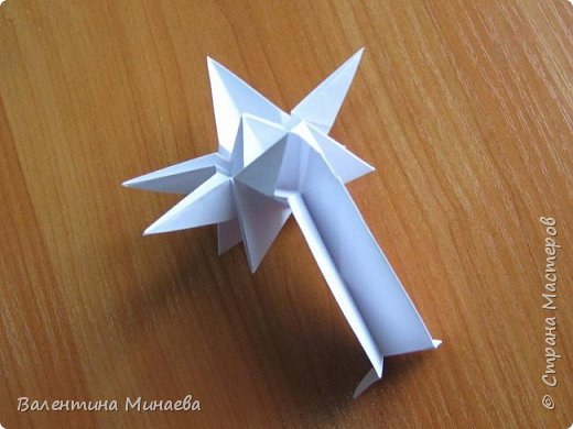 На авторство особо не претендую, возможно такие цветочки уже где-нибудь появлялись, не могу утверждать. Соединительные модули по сборке очень похожи на модуль кусудамы Каркасс Екатерины Лукашевой, только крепление осуществляется по-другому. Короче, такой вот гибрид из двух разных модулей.    Name: Blooming icosahedron - I  Designer: Valentina Minayeva Parts: 12 (pentagons) Paper: 6,4 x 6,4 х 6,4 х 6,4 х 6,4 Parts: 30 (squares) Paper: 6,4 х 6,4 Final height: ~ 10,0 cm without glue фото 54