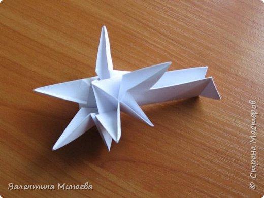 На авторство особо не претендую, возможно такие цветочки уже где-нибудь появлялись, не могу утверждать. Соединительные модули по сборке очень похожи на модуль кусудамы Каркасс Екатерины Лукашевой, только крепление осуществляется по-другому. Короче, такой вот гибрид из двух разных модулей.    Name: Blooming icosahedron - I  Designer: Valentina Minayeva Parts: 12 (pentagons) Paper: 6,4 x 6,4 х 6,4 х 6,4 х 6,4 Parts: 30 (squares) Paper: 6,4 х 6,4 Final height: ~ 10,0 cm without glue фото 56