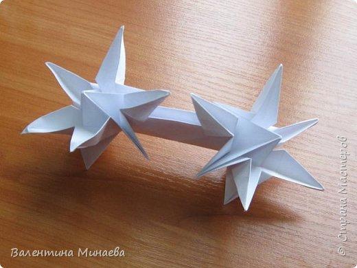 На авторство особо не претендую, возможно такие цветочки уже где-нибудь появлялись, не могу утверждать. Соединительные модули по сборке очень похожи на модуль кусудамы Каркасс Екатерины Лукашевой, только крепление осуществляется по-другому. Короче, такой вот гибрид из двух разных модулей.    Name: Blooming icosahedron - I  Designer: Valentina Minayeva Parts: 12 (pentagons) Paper: 6,4 x 6,4 х 6,4 х 6,4 х 6,4 Parts: 30 (squares) Paper: 6,4 х 6,4 Final height: ~ 10,0 cm without glue фото 57
