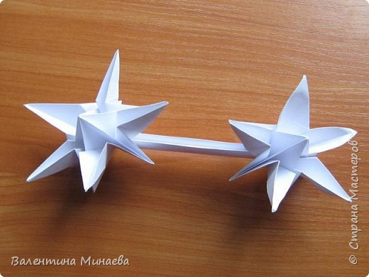 На авторство особо не претендую, возможно такие цветочки уже где-нибудь появлялись, не могу утверждать. Соединительные модули по сборке очень похожи на модуль кусудамы Каркасс Екатерины Лукашевой, только крепление осуществляется по-другому. Короче, такой вот гибрид из двух разных модулей.    Name: Blooming icosahedron - I  Designer: Valentina Minayeva Parts: 12 (pentagons) Paper: 6,4 x 6,4 х 6,4 х 6,4 х 6,4 Parts: 30 (squares) Paper: 6,4 х 6,4 Final height: ~ 10,0 cm without glue фото 72