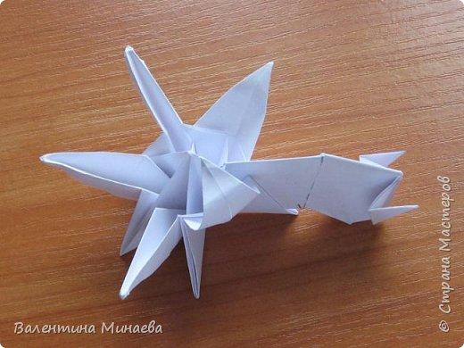 На авторство особо не претендую, возможно такие цветочки уже где-нибудь появлялись, не могу утверждать. Соединительные модули по сборке очень похожи на модуль кусудамы Каркасс Екатерины Лукашевой, только крепление осуществляется по-другому. Короче, такой вот гибрид из двух разных модулей.    Name: Blooming icosahedron - I  Designer: Valentina Minayeva Parts: 12 (pentagons) Paper: 6,4 x 6,4 х 6,4 х 6,4 х 6,4 Parts: 30 (squares) Paper: 6,4 х 6,4 Final height: ~ 10,0 cm without glue фото 98