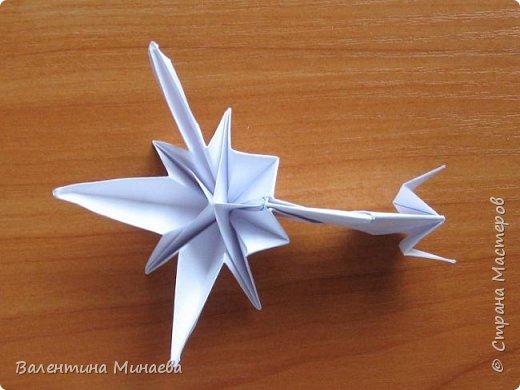 На авторство особо не претендую, возможно такие цветочки уже где-нибудь появлялись, не могу утверждать. Соединительные модули по сборке очень похожи на модуль кусудамы Каркасс Екатерины Лукашевой, только крепление осуществляется по-другому. Короче, такой вот гибрид из двух разных модулей.    Name: Blooming icosahedron - I  Designer: Valentina Minayeva Parts: 12 (pentagons) Paper: 6,4 x 6,4 х 6,4 х 6,4 х 6,4 Parts: 30 (squares) Paper: 6,4 х 6,4 Final height: ~ 10,0 cm without glue фото 100