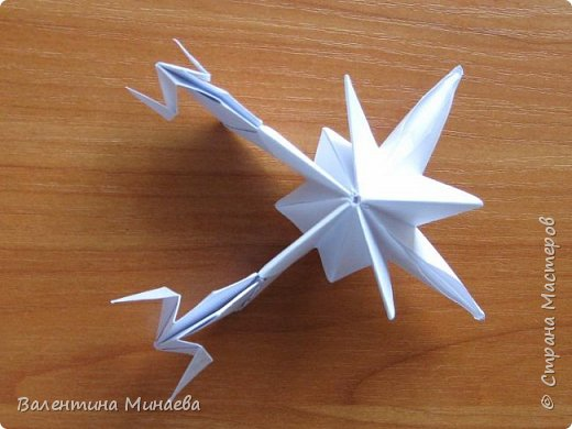 На авторство особо не претендую, возможно такие цветочки уже где-нибудь появлялись, не могу утверждать. Соединительные модули по сборке очень похожи на модуль кусудамы Каркасс Екатерины Лукашевой, только крепление осуществляется по-другому. Короче, такой вот гибрид из двух разных модулей.    Name: Blooming icosahedron - I  Designer: Valentina Minayeva Parts: 12 (pentagons) Paper: 6,4 x 6,4 х 6,4 х 6,4 х 6,4 Parts: 30 (squares) Paper: 6,4 х 6,4 Final height: ~ 10,0 cm without glue фото 103