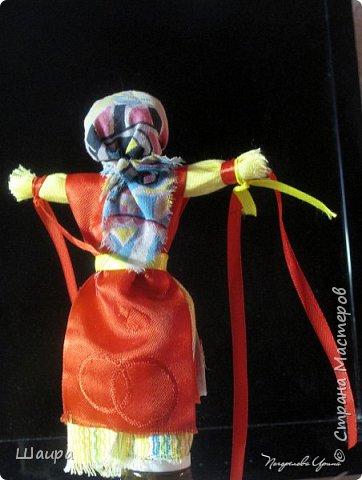 На Руси на Масленицу делали куклы двух видов. Чучело Масленицы в человеческий рост обязательно сжигалось, символизируя переход из одного времени года в другое,  а Домашняя Масленица находилась дома до следующего года и считалась сильным оберегом жилища, выполняя заветы хозяев дома.  Хранили куклу в красном углу или у входа в жилище.  Каждый родственник в семье может дать «Масленице» задание на год. Для этого на ручках куколки завязываем ленточки.  фото 2