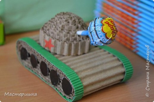 Приглашаем вас вместе с нами сделать подарочную бонбоньерку. Такие сладкие шкатулки мы приготовили с мальчиками 2 класса для девочек и учителей. фото 27