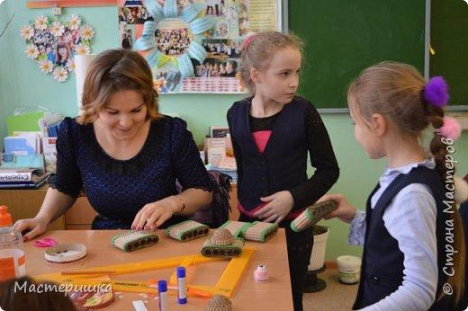 Приглашаем вас вместе с нами сделать подарочную бонбоньерку. Такие сладкие шкатулки мы приготовили с мальчиками 2 класса для девочек и учителей. фото 23