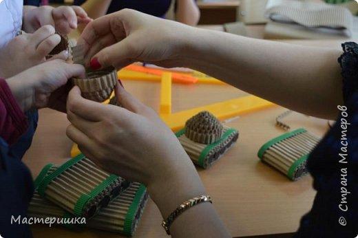 Приглашаем вас вместе с нами сделать подарочную бонбоньерку. Такие сладкие шкатулки мы приготовили с мальчиками 2 класса для девочек и учителей. фото 26