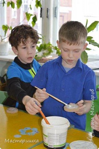 Приглашаем вас вместе с нами сделать подарочную бонбоньерку. Такие сладкие шкатулки мы приготовили с мальчиками 2 класса для девочек и учителей. фото 6