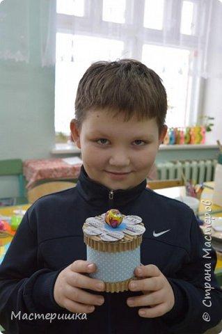 Приглашаем вас вместе с нами сделать подарочную бонбоньерку. Такие сладкие шкатулки мы приготовили с мальчиками 2 класса для девочек и учителей. фото 22