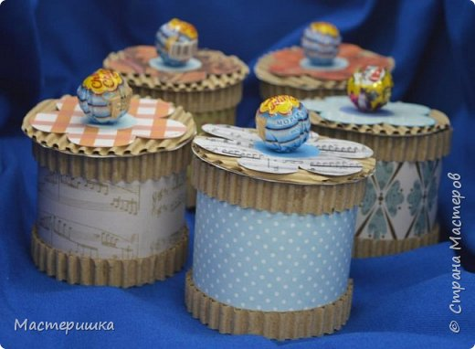 Приглашаем вас вместе с нами сделать подарочную бонбоньерку. Такие сладкие шкатулки мы приготовили с мальчиками 2 класса для девочек и учителей. фото 2