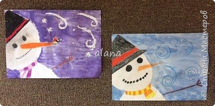 Провожая зиму, в феврале, урок рисования посвятили милым снеговичкам. Рисовали восковыми мелками. Завершая работу,  фон рисовали акварельными красками фото 1