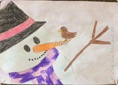 Провожая зиму, в феврале, урок рисования посвятили милым снеговичкам. Рисовали восковыми мелками. Завершая работу,  фон рисовали акварельными красками фото 2