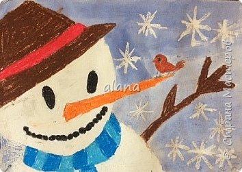 Провожая зиму, в феврале, урок рисования посвятили милым снеговичкам. Рисовали восковыми мелками. Завершая работу,  фон рисовали акварельными красками фото 3