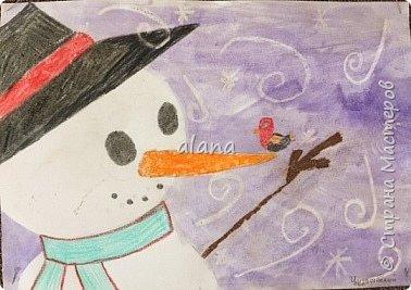Провожая зиму, в феврале, урок рисования посвятили милым снеговичкам. Рисовали восковыми мелками. Завершая работу,  фон рисовали акварельными красками фото 4