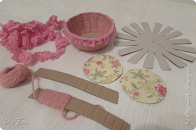 Здравствуйте! Всех с наступающим праздником, женским днём 8 Марта! Вот такие подарочки можно приготовить для девочек в классе:))) Плетёную корзиночку ( она получается сразу двусторонняя) и блокнотик:))) фото 12