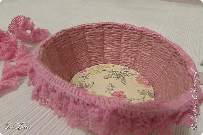 Здравствуйте! Всех с наступающим праздником, женским днём 8 Марта! Вот такие подарочки можно приготовить для девочек в классе:))) Плетёную корзиночку ( она получается сразу двусторонняя) и блокнотик:))) фото 14