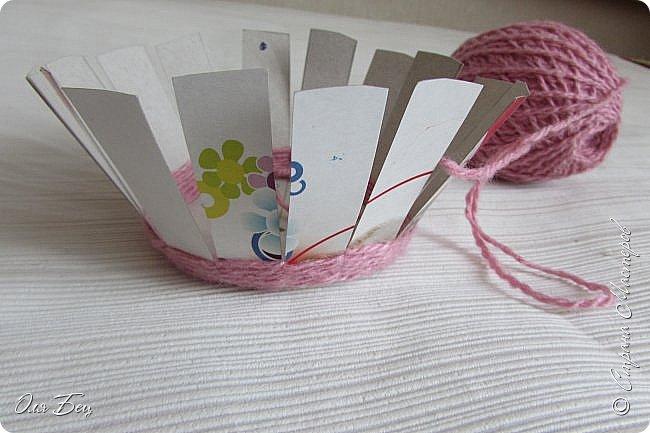 Здравствуйте! Всех с наступающим праздником, женским днём 8 Марта! Вот такие подарочки можно приготовить для девочек в классе:))) Плетёную корзиночку ( она получается сразу двусторонняя) и блокнотик:))) фото 7