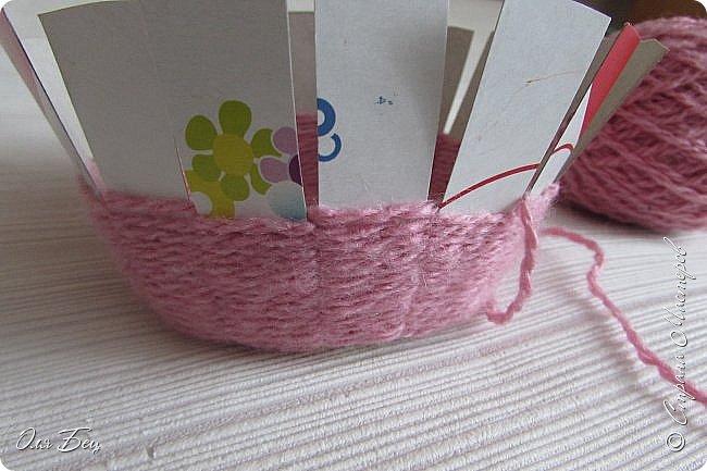 Здравствуйте! Всех с наступающим праздником, женским днём 8 Марта! Вот такие подарочки можно приготовить для девочек в классе:))) Плетёную корзиночку ( она получается сразу двусторонняя) и блокнотик:))) фото 9