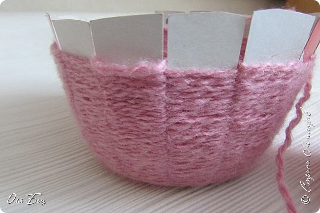Здравствуйте! Всех с наступающим праздником, женским днём 8 Марта! Вот такие подарочки можно приготовить для девочек в классе:))) Плетёную корзиночку ( она получается сразу двусторонняя) и блокнотик:))) фото 11
