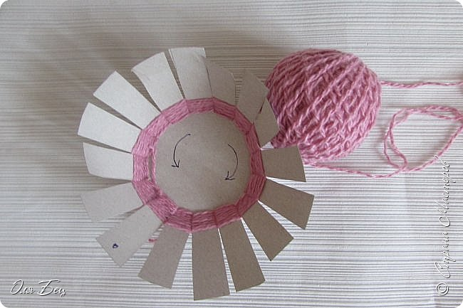 Здравствуйте! Всех с наступающим праздником, женским днём 8 Марта! Вот такие подарочки можно приготовить для девочек в классе:))) Плетёную корзиночку ( она получается сразу двусторонняя) и блокнотик:))) фото 8