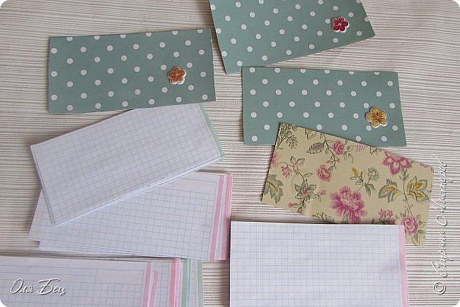 Здравствуйте! Всех с наступающим праздником, женским днём 8 Марта! Вот такие подарочки можно приготовить для девочек в классе:))) Плетёную корзиночку ( она получается сразу двусторонняя) и блокнотик:))) фото 19