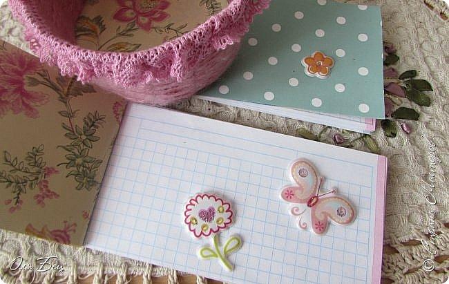 Здравствуйте! Всех с наступающим праздником, женским днём 8 Марта! Вот такие подарочки можно приготовить для девочек в классе:))) Плетёную корзиночку ( она получается сразу двусторонняя) и блокнотик:))) фото 20