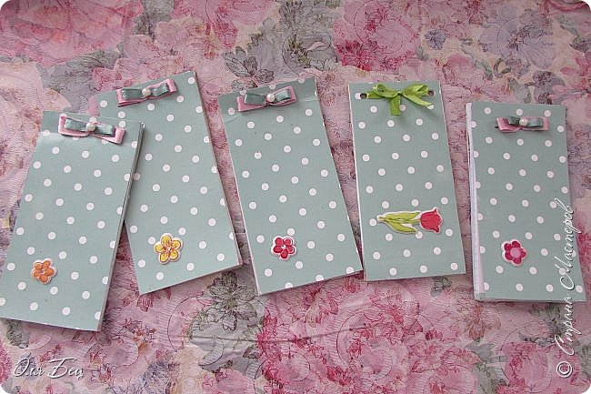 Здравствуйте! Всех с наступающим праздником, женским днём 8 Марта! Вот такие подарочки можно приготовить для девочек в классе:))) Плетёную корзиночку ( она получается сразу двусторонняя) и блокнотик:))) фото 24