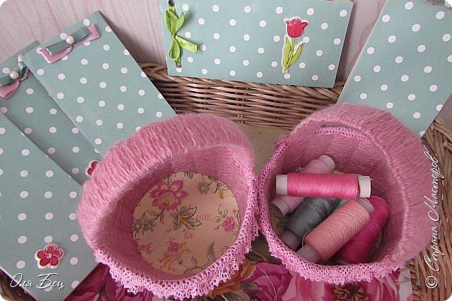 Здравствуйте! Всех с наступающим праздником, женским днём 8 Марта! Вот такие подарочки можно приготовить для девочек в классе:))) Плетёную корзиночку ( она получается сразу двусторонняя) и блокнотик:))) фото 18