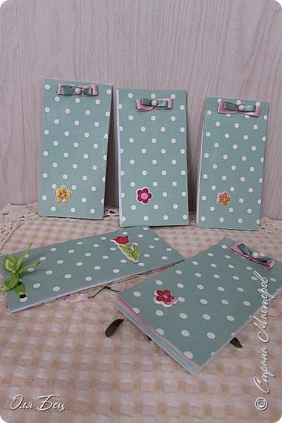 Здравствуйте! Всех с наступающим праздником, женским днём 8 Марта! Вот такие подарочки можно приготовить для девочек в классе:))) Плетёную корзиночку ( она получается сразу двусторонняя) и блокнотик:))) фото 25