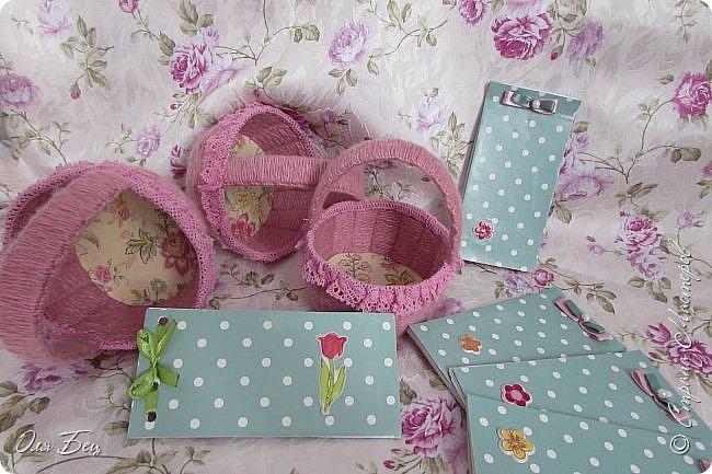 Здравствуйте! Всех с наступающим праздником, женским днём 8 Марта! Вот такие подарочки можно приготовить для девочек в классе:))) Плетёную корзиночку ( она получается сразу двусторонняя) и блокнотик:))) фото 26