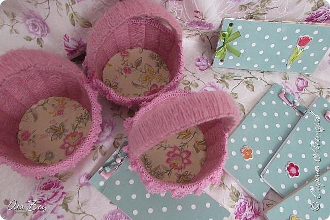 Здравствуйте! Всех с наступающим праздником, женским днём 8 Марта! Вот такие подарочки можно приготовить для девочек в классе:))) Плетёную корзиночку ( она получается сразу двусторонняя) и блокнотик:))) фото 27