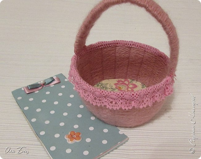 Здравствуйте! Всех с наступающим праздником, женским днём 8 Марта! Вот такие подарочки можно приготовить для девочек в классе:))) Плетёную корзиночку ( она получается сразу двусторонняя) и блокнотик:))) фото 2